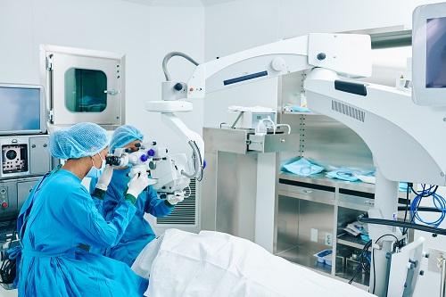 Avantages de la chirurgie oculaire au laser proche de Cannes