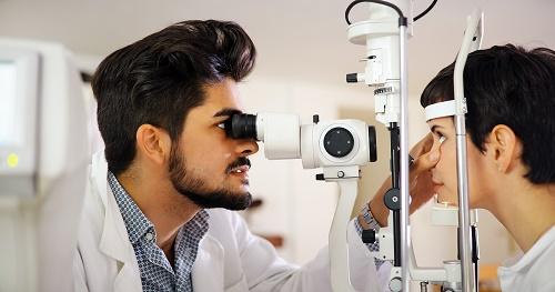 Utiliser du spray oculaire pour les yeux secs et irrités